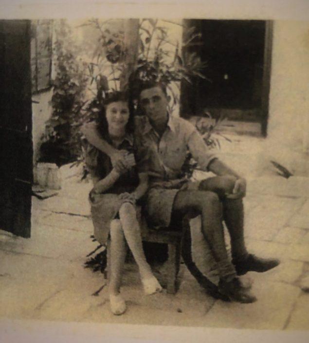 יוסי עבו וג'ולי בן אורי בחצר בית עבו הפורחת