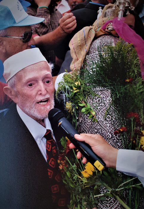 יעקב עבו בנו של הרב הקונסול יצחק מרדכי עבו עם 2004 ספר התורה שנידב אביו
