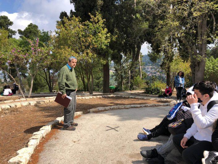 יעקב שנקמן מסביר בעמדת המצודה