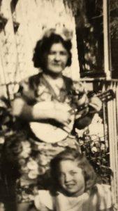 מרגלית מנגנת במנדולינה ולידה צופיה