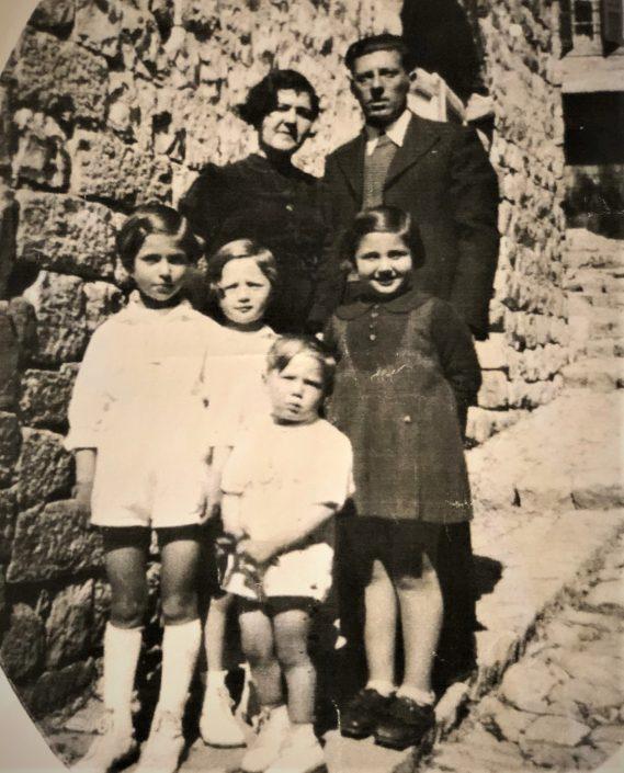 פסח ומרגלית בן אורי והבנות ג'ולי, גלילה, צופיה ושולה (מימין) בת דודתן מצד אסתר