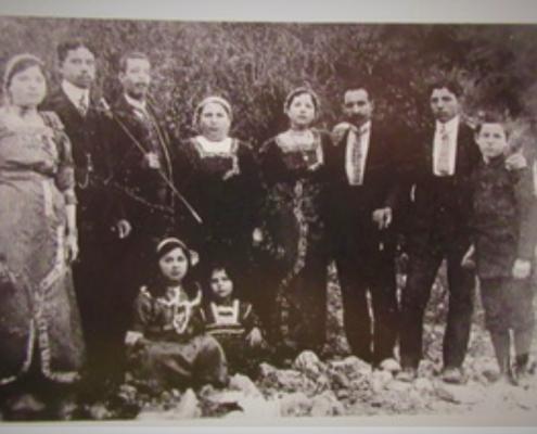 תמונה משפחתית 1914 - במרכז התמונה מאיר עבו וחיה רחל דור שלישי למסורת, ילדיהם משמאל לימין: ג'ולי ובעלה, גולדה ומאיר כהן, אדם לא מזוהה, רפאל עבו. יושבות: מרגלית ואסתר