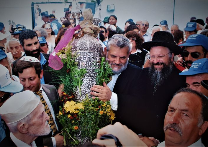 2004 השר בני אלון עם ספר התורה של עבו, יצחק ורד