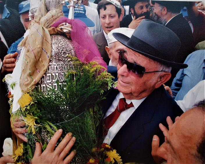 2004 יוסף עבו עברון עם ספר התורה של משפחת עבו