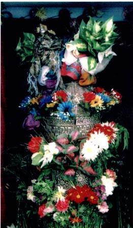 ספר התורה העתיק של משפחת עבו, מקושט בתהלוכה למירון 2002