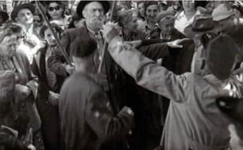 """תזמורת ה""""כלי זמר"""" המסורתית של סגל בכיכר בית עבו לפני קום המדינה"""