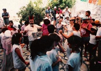 ישראל זוהר נגן הקלרינט ותורג'מן מחצור הגלילית, שרים ומנגנים בחצר בית עבו