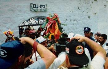 1997, התהלוכה יוצאת מבית עבו