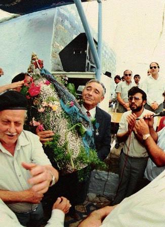 1988, יוסף עבו עברון מחזיק את ספר התורה