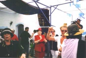 """שמחה וריקודים בחצר בית עבו, 2004 תשס""""ד"""