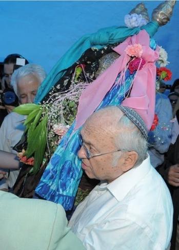 שר המשפטים יעקב נאמן, אוחז בספר התורה, 2009