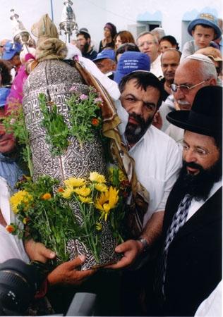 """ראש העיר צפת, מר ישי מימון, מתכבד בנשיאת ספר התורה, תשס""""ד 2004"""