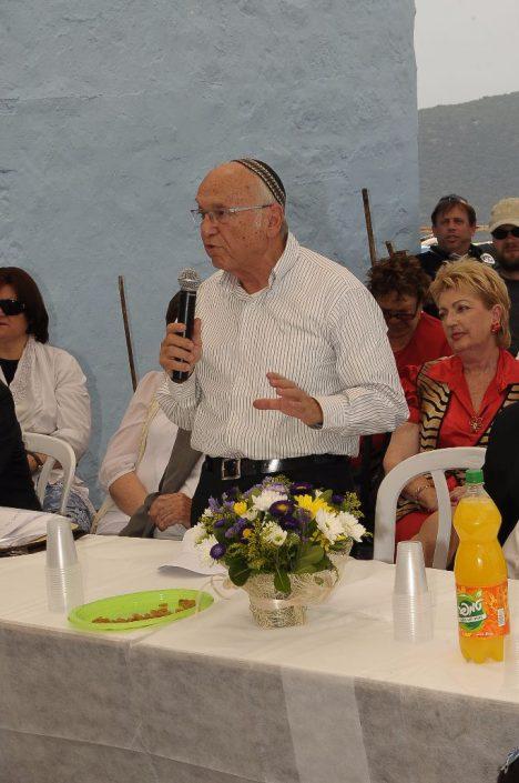 השר לשעבר פרופסור יעקב נאמן מברך מעל הבמה