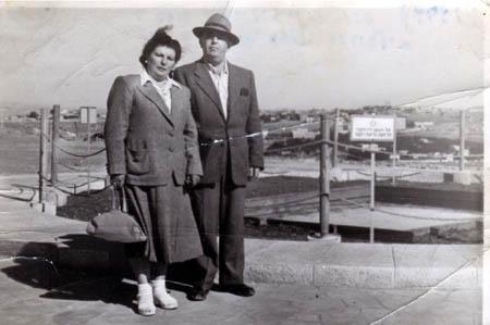 רפאל עבו ורעייתו לורה ליד קברו של הרצל בירושלים, 1949