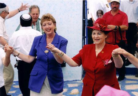 יהודית עבו עברון ובתה אלומה, רוקדות בחצר בית עבו, 2004 תשסד