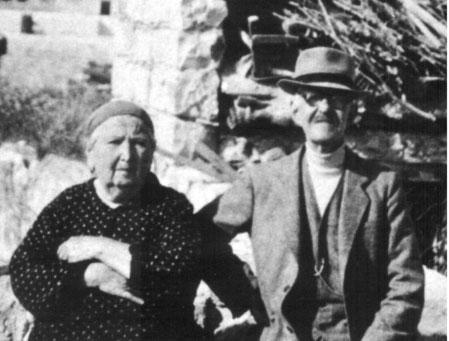 מאיר עבו ממשיכה של המסורת בדור השלישי ורעייתו הנאמנה רחל לבית גלדסטון שסייעה בידו לקיימה במשך 47 שנה