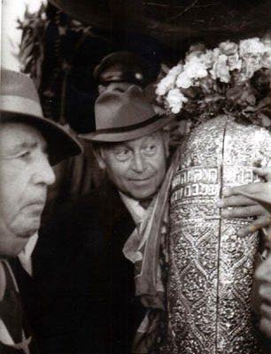 דוד תדהר (הבלש העברי חוזר) עם ספר התורה בבית עבו, משמאל - רפאל עבו, 1950