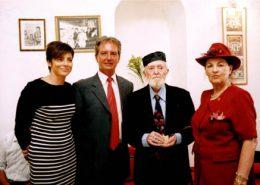 יעקב חי במרכז, מימינו יהודית עבו עברון, משמאלו קונסול צרפת בחיפה ורעייתו