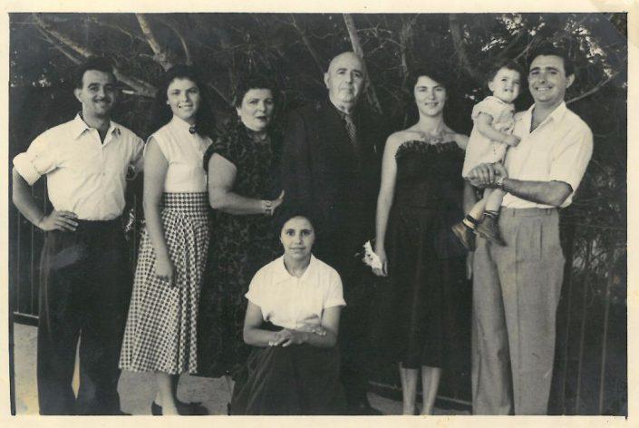 רפאל עבו (במרכז) ומשפחתו - מימין : יוסי אלומה ויהודית, משמאל: צבי, עצמונה ולורה. יושבת - הבת המאומצת, מזל.