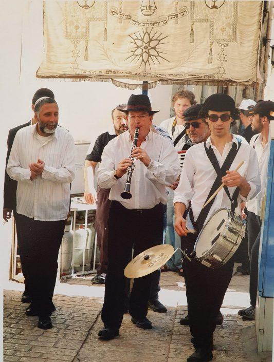 על רקע הדגל המסורתי של משפחת עבו - שמואל אחיעזר ולהקתו 2005