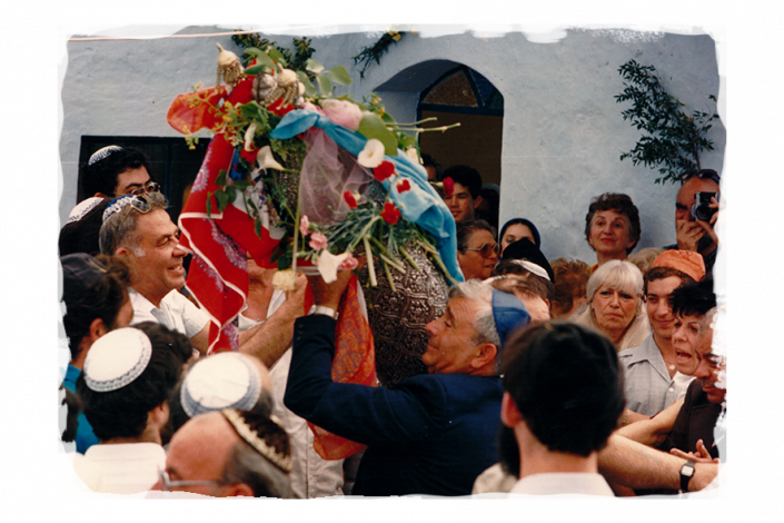 ג'ולי מימין לצד בן דודה יוסף עבו עברון מוביל המסורת בדור החמישי