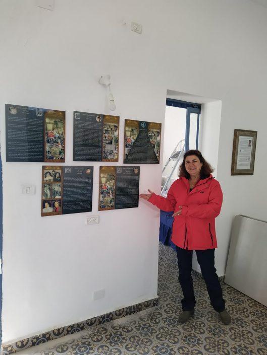 רפאלה עבו מצביעה על מגילת תולדות המסורת בבית עבו