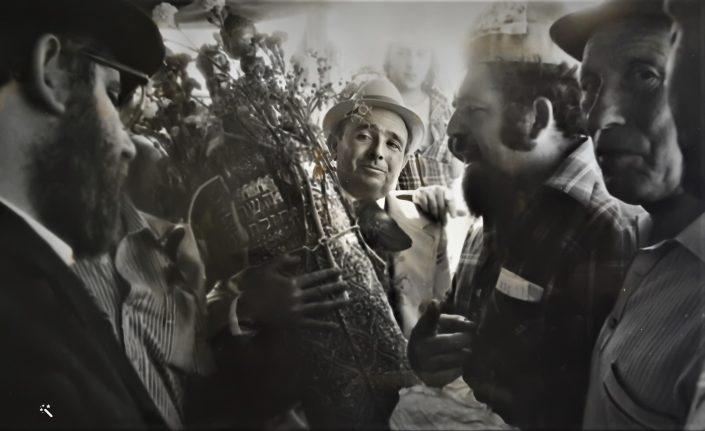 1976 יוסף עבו עברון מחזיק המסורת בדור החמישי ומימינו מאיר עברון