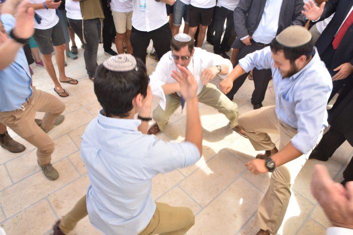 שירים וריקודים בחצר בית עבו