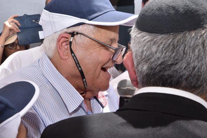 מוני הרוש, פתיחת ארון הקודש בחצר בית עבו