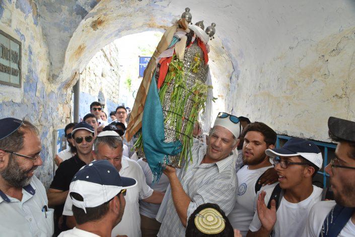 גיא עברון בנו של מאיר עברון רוקד עם ספר התורה