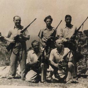 חברים באגודת הציידים. משמאל לימין יושבים רפאל עבו וזלץ. עומדים מאחוריהם משמאל לימין דוקטור ציפרוני (הרופא של צפת) באמצע פסח בן אורי ועל ידו הבן של קדוש. 1945-46