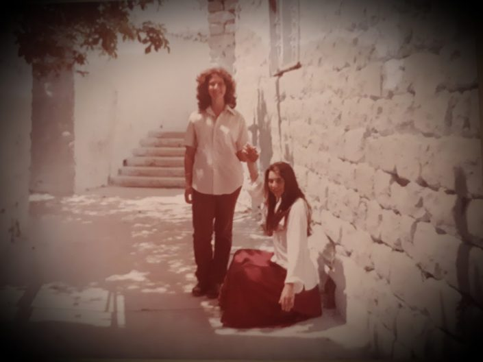 בנות הדודנים אורנה שפיגלר ורפאלה עבו עברון בסמטאות העיר העתיקה