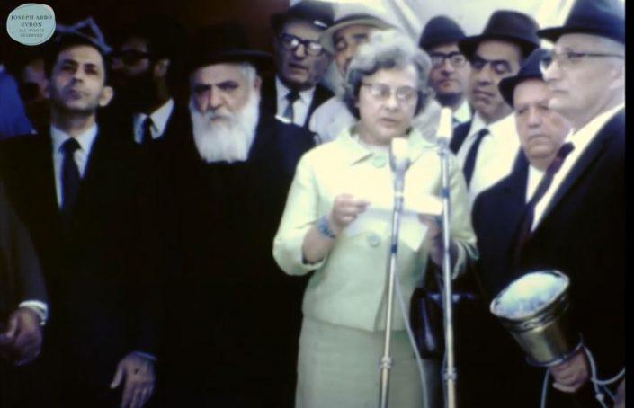 הרב רפאל עבו ולצדו אורחים מהשגרירות הצרפתית בטקס בבית עבו שנות ה- 70